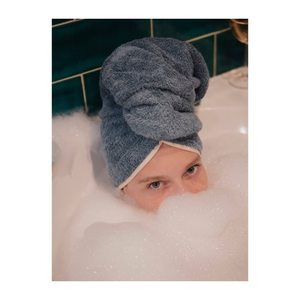 Et une p'tite mousse pour la p'tite dame en bleu . . . #lingedebain #serviettedebain #serviettecheveux #liseré #bleuchardin #laservietteparis #lingedemaison #lingedelit #decorationinterieur #decointerieur #homelinen #homedecor #eshop #boutique #30rueduvertbois #75003 👩@lesliemasson 📸@laurebernardphotography